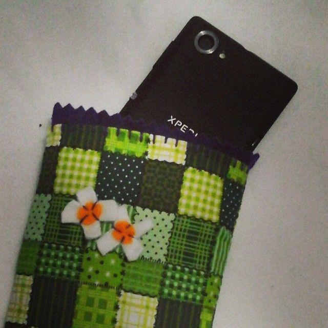 Capa para celular em tecido, com forro de feltro e EVA de proteção interna.