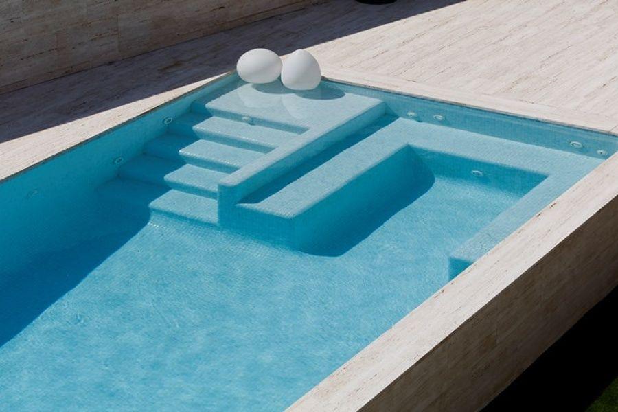 Detalle de las escaleras de acceso y el banco de reposo for Escaleras para piscinas de obra
