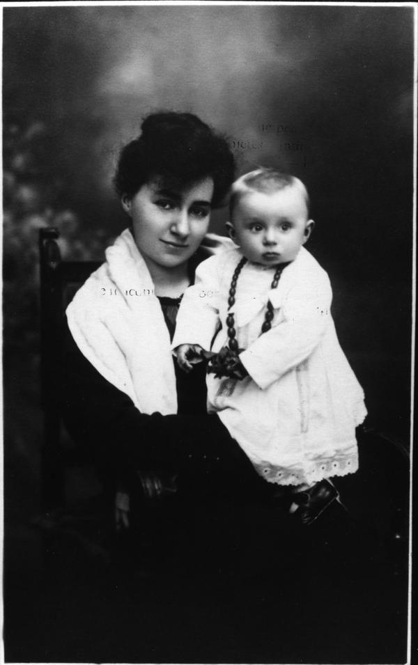 Primo Levi in braccio alla madre