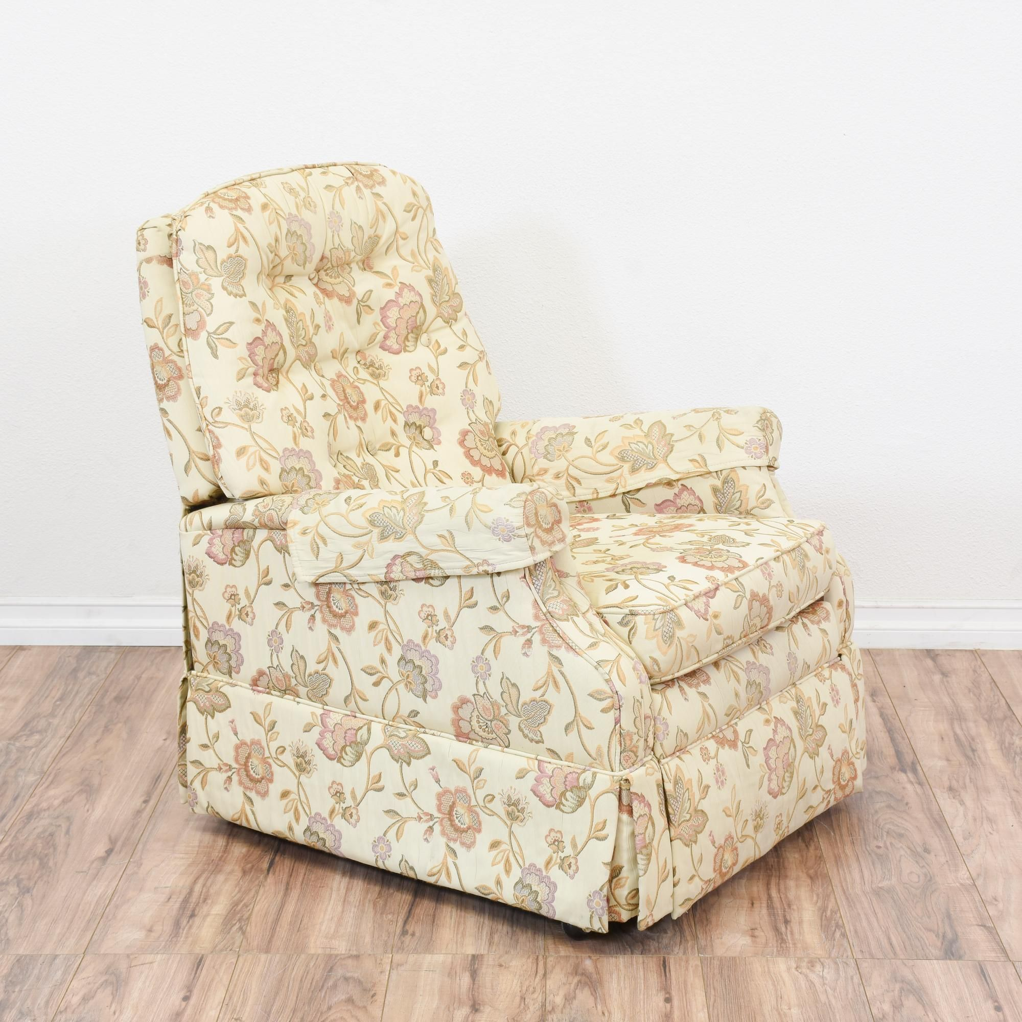 Armchair Sleeves Rubber Chair Feet Floor Protectors This Bradington Young Recliner Is Upholstered In A Durable Cream White With Floral