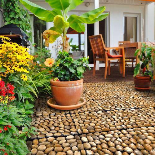 naturstein aus flussstein rund als terrassenboden mit klickfliesen neue terrasse. Black Bedroom Furniture Sets. Home Design Ideas