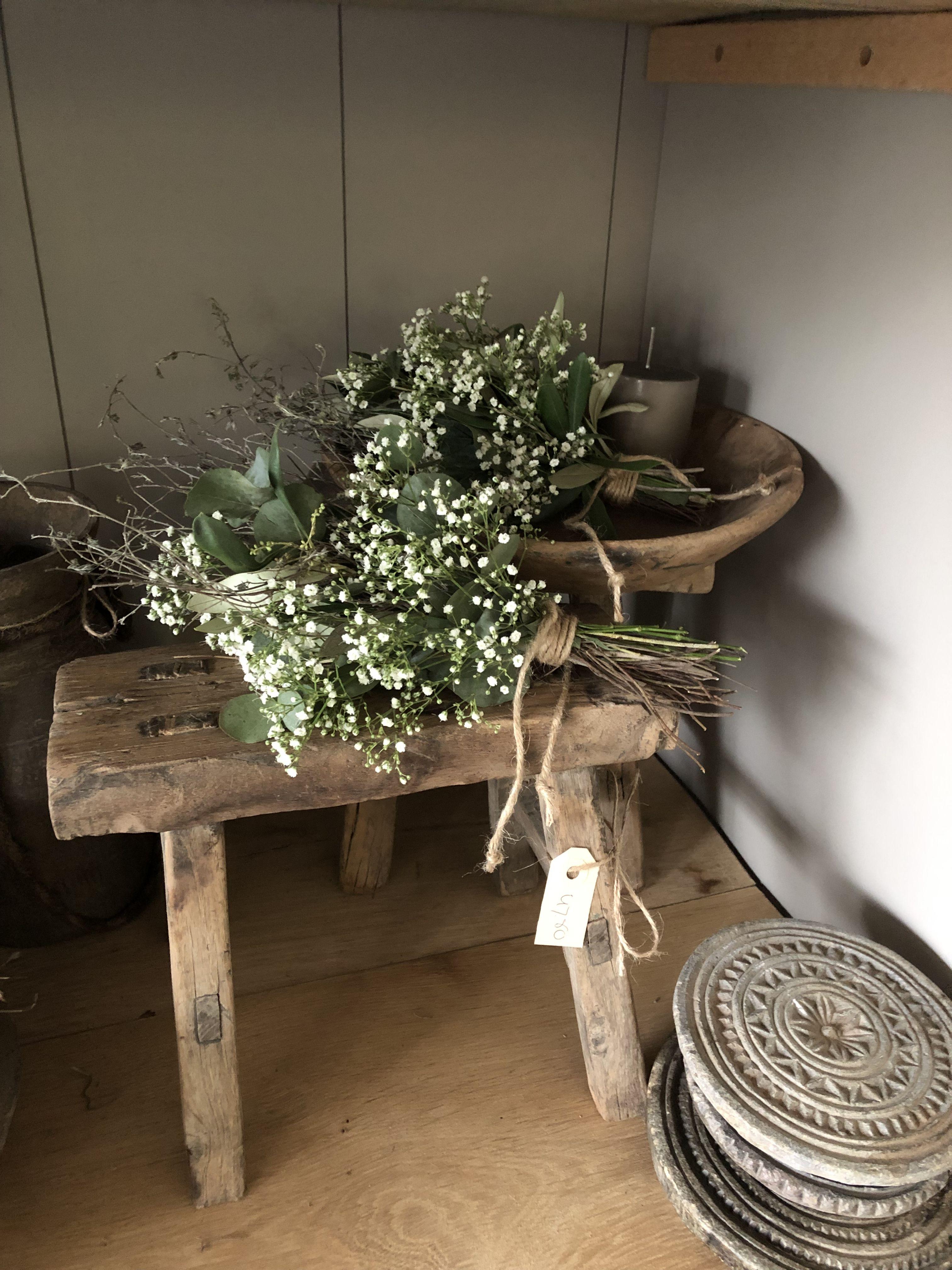 Oud Houten Krukjes En Toefjes Met Gipskruik Landelijke Bloemstukken Decoraties Krukjes