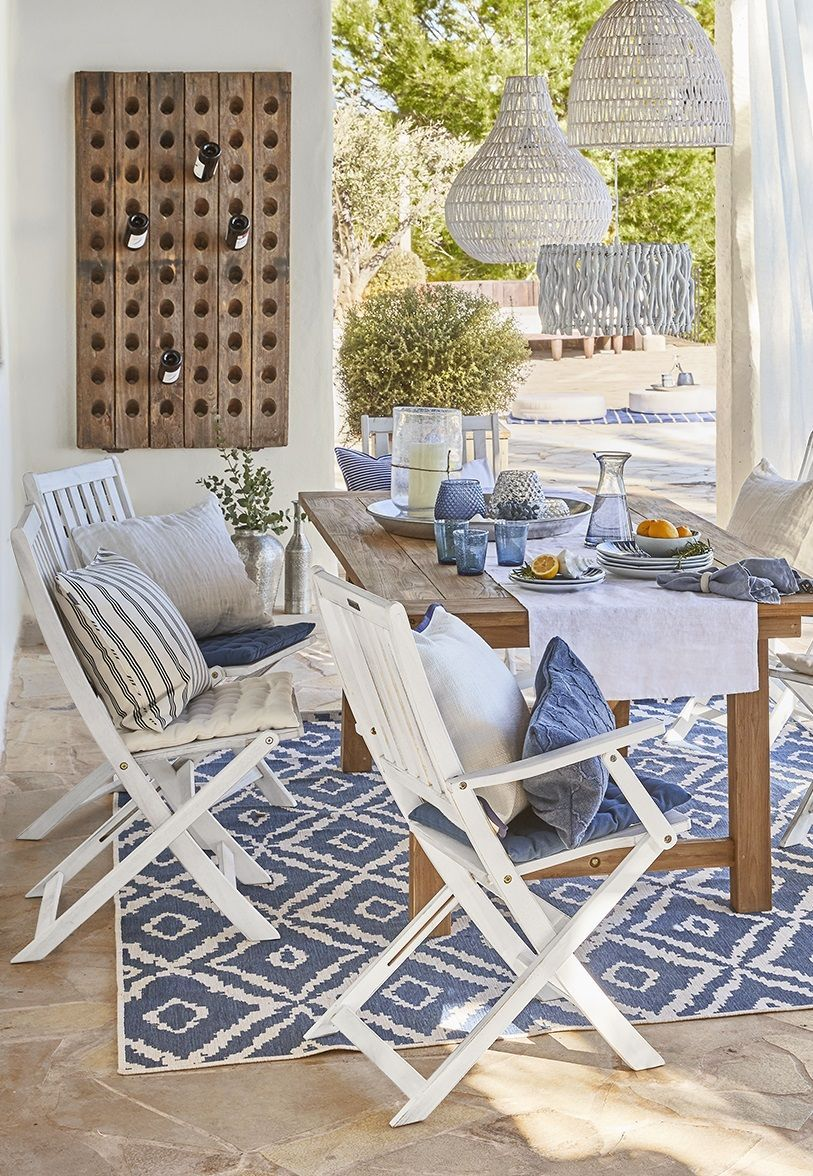 Teppich Balkon Blue And White Themed Dining Area With Wooden Table And Hanging