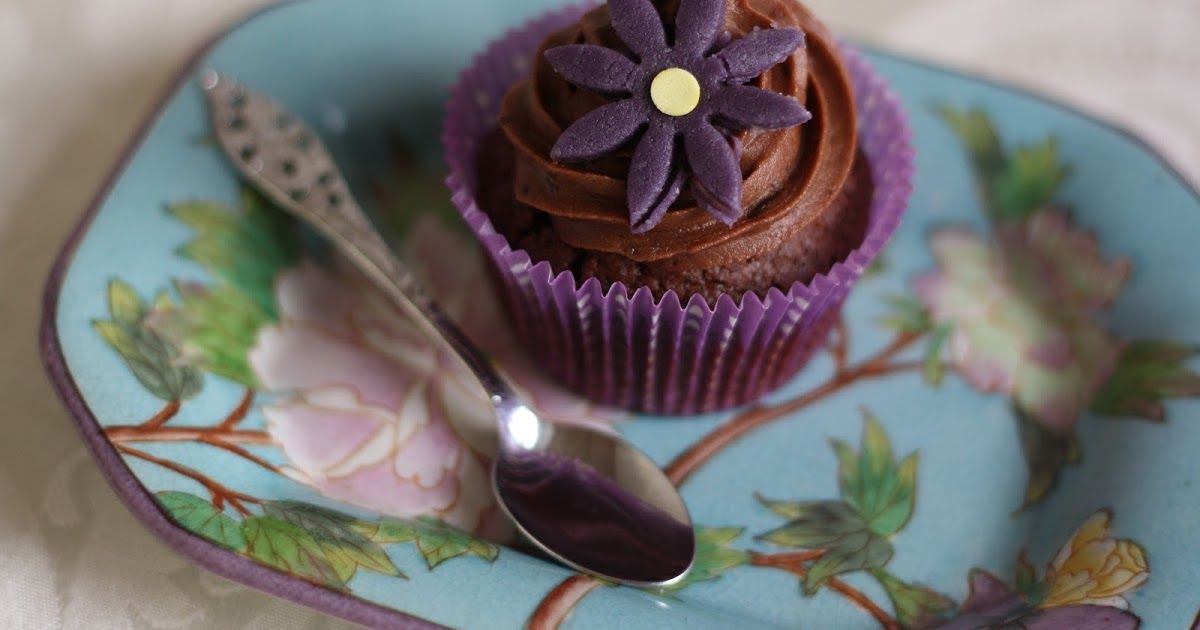chokoladecupcakes med brombærmarmelade