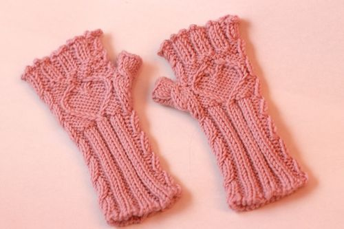 Sleeveless Gloves knit pattern. So cute! Too bad it doesn't get cold enough to wear them here.