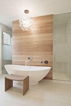 Gut Badezimmer Mit Freistehender Badewanne, Vorwand Dusche Mit Fliesen In  Holzoptik.