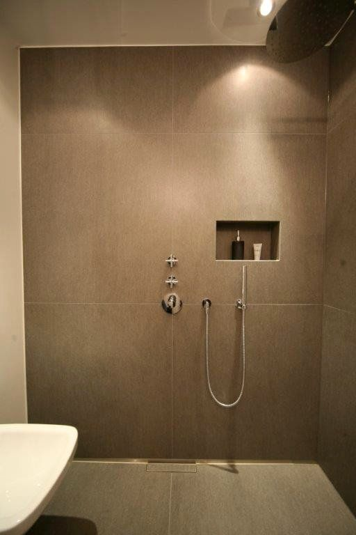 Duschbereich mit großformatigen Fliesen und mittig platzierter - badezimmer ohne fliesen
