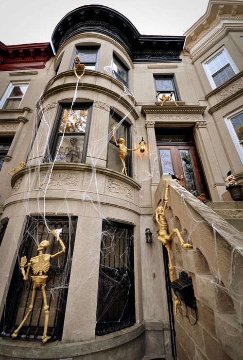 halloween decoration idea love this would have been awesome on the sorority house in college why didnt i think of this 20 years ago
