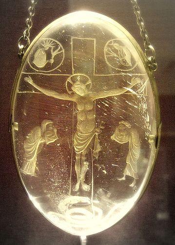 Intaille de la Crucifixion : un des plus gros cristaux de roche taillé de l'époque carolingienne. 16 cm de haut, réalisée vers 870 à la cour de Charles le Chauve, qui fut un grand mécène à l'instar de Charlemagne. Elle provient du Trésor de l'Abbaye royale de Saint-Denis, mais a été vendue lors de la Révolution et se trouve désormais au British Museum de Londres.