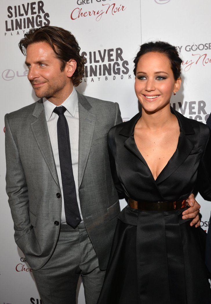Pin for Later: 24 Raisons Pour Lesquelles Jennifer Lawrence et Bradley Cooper Devraient Se Marier Vous avez jamais remarqué à quel point Jen s'illumine quand Brad met son bras autour de sa taille?