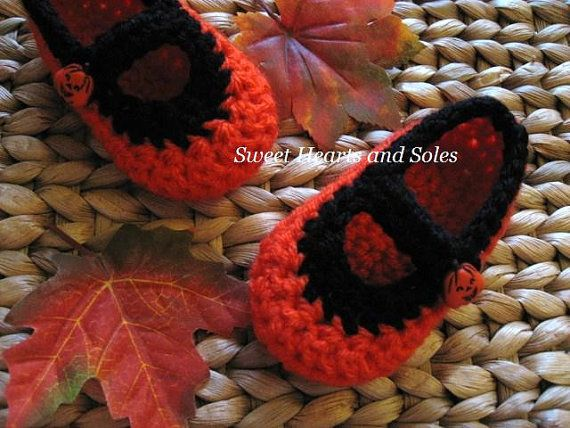 Halloween is near, so these handmade crochet Pumpkin Baby Mary Janes Shoes are perfect with so many Fall outfits!    Please visit my Etsy shop at www.etsy.com/shop/sweetheartsandsoles for more baby & toddler accessories!
