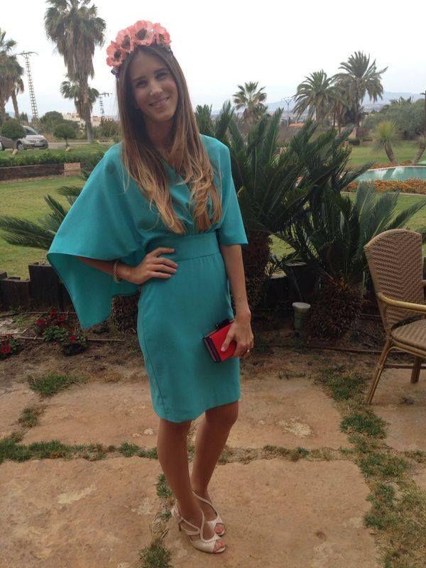 Invitada de boda de dia con vestido turquesa con capa. Alquilalo en ...