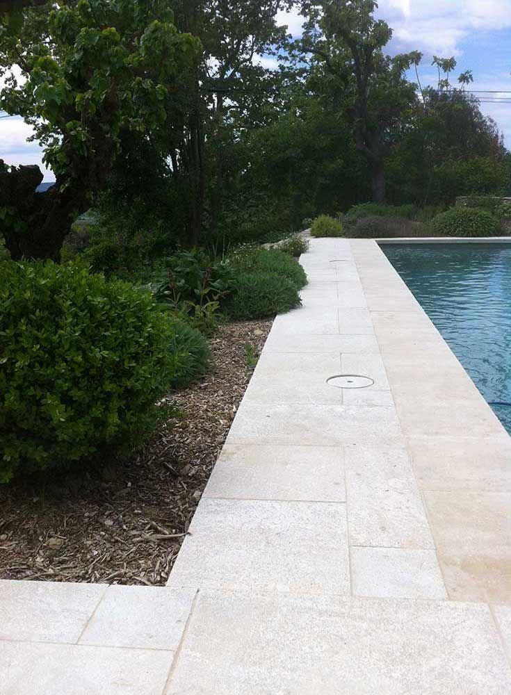 Abord de piscine jardin sec pierre naturelle   Les Jardins des Arcades