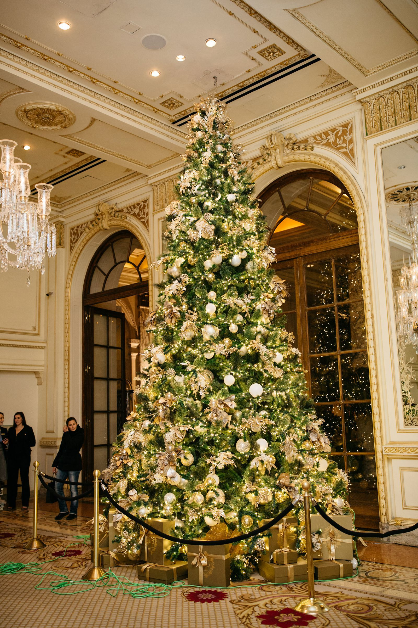 12 Of The Best Hotel Christmas Trees From Around The World In 2020 White House Christmas Decorations Hotel Decor White House Christmas