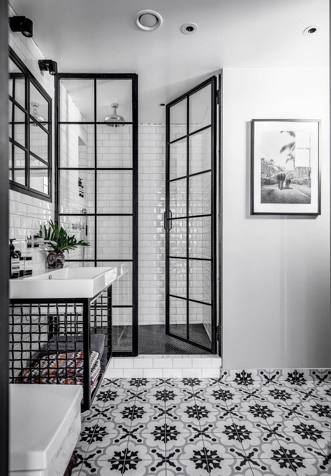 zwart-wit badkamer met aluminium douchewand