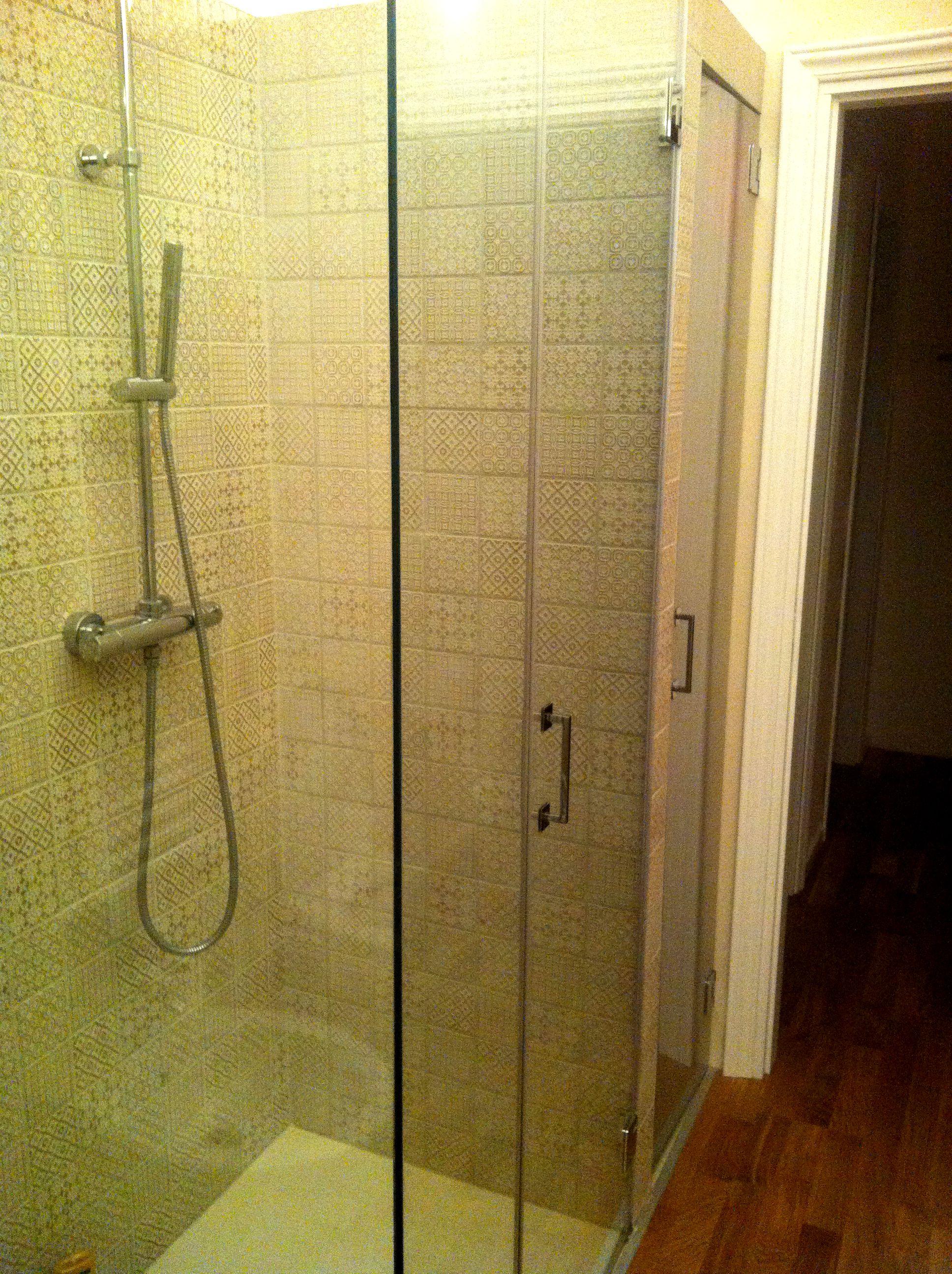 Scorcio del bagno ristrutturato, realizzato con parquet in rovere naturale, pavimento box doccia ...