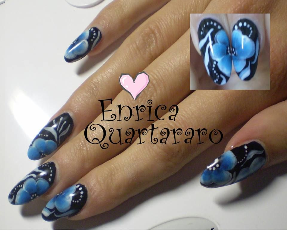 nail art fiori blu  - http://nailart-gallery.com/2014/01/nail-art-fiori-blu/