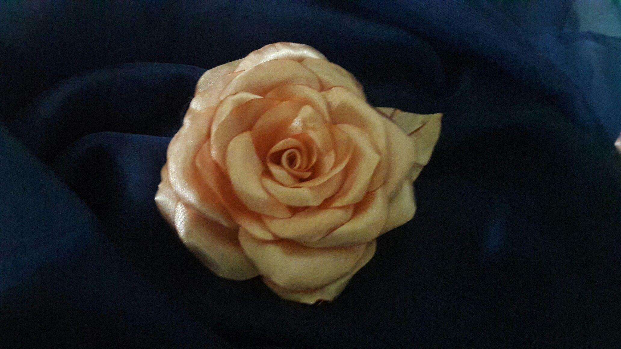Rosa de tecido boleada na mão ....