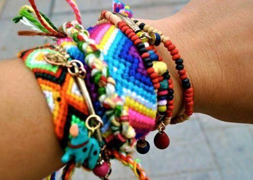 Sabem essas pulseirinhas hippies, coloridas, que vendem na praia? E que todas as fashionistas usam misturando com relógios e pulseiras mais finas? Poizé, são as friendship bracelets! Originalmente, e como podem imaginar, trata-se de uma pulseira dada de presente a alguém como demonstração de amizade. São feitas à mão, bem coloridas e com desenhos variados. …