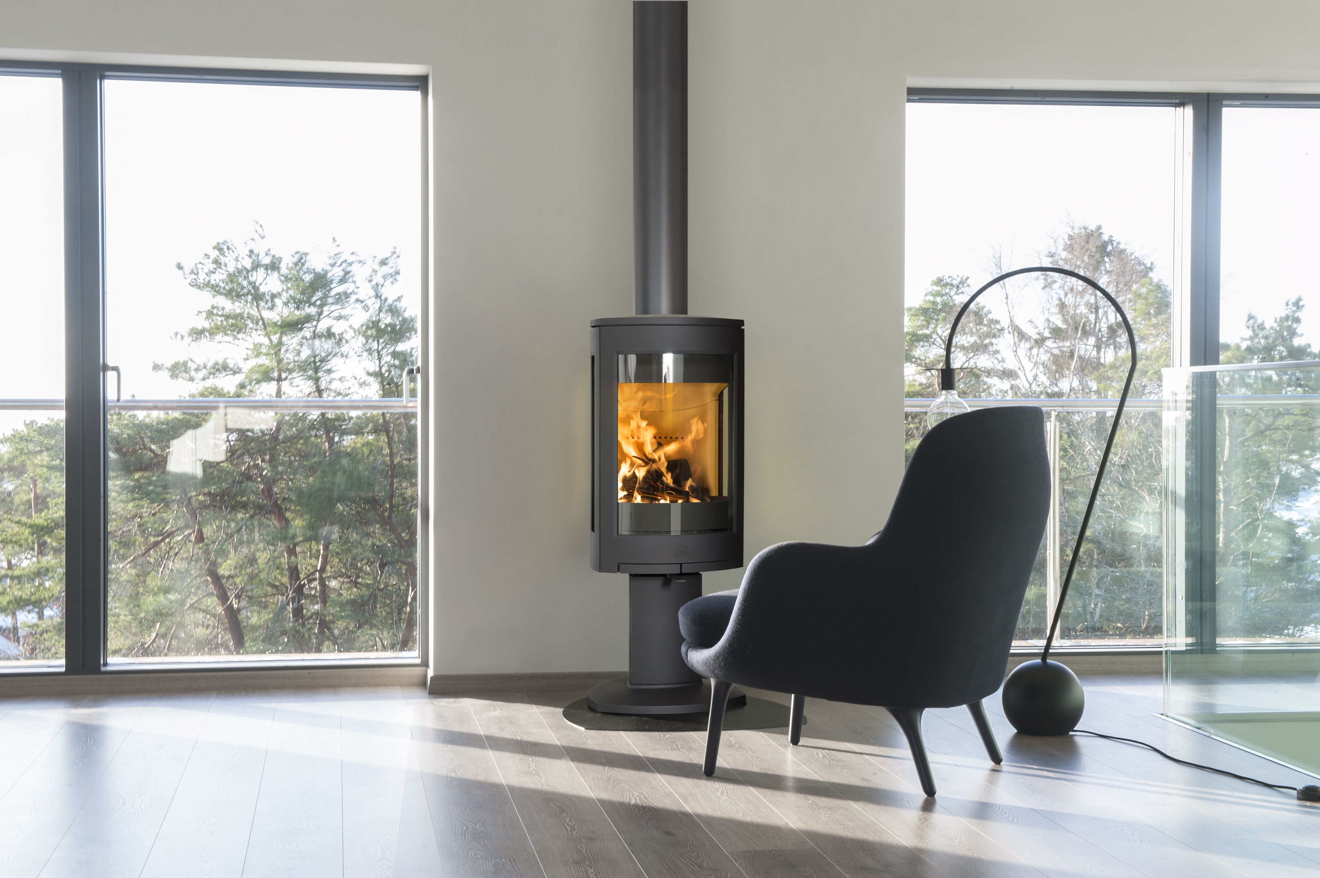The Jotul F 373 Advance Is A Large Wood Burner Characterised By Its Modern Design Where The Combustion Chamb Wood Stove Wood Burner Modern Wood Burning Stoves