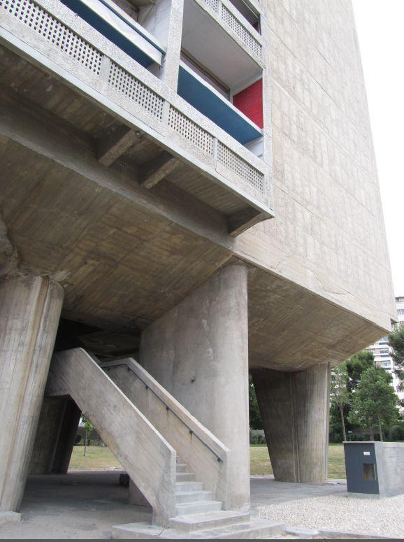Arranque de escaleras exteriores Unidad Habitacional Marsella