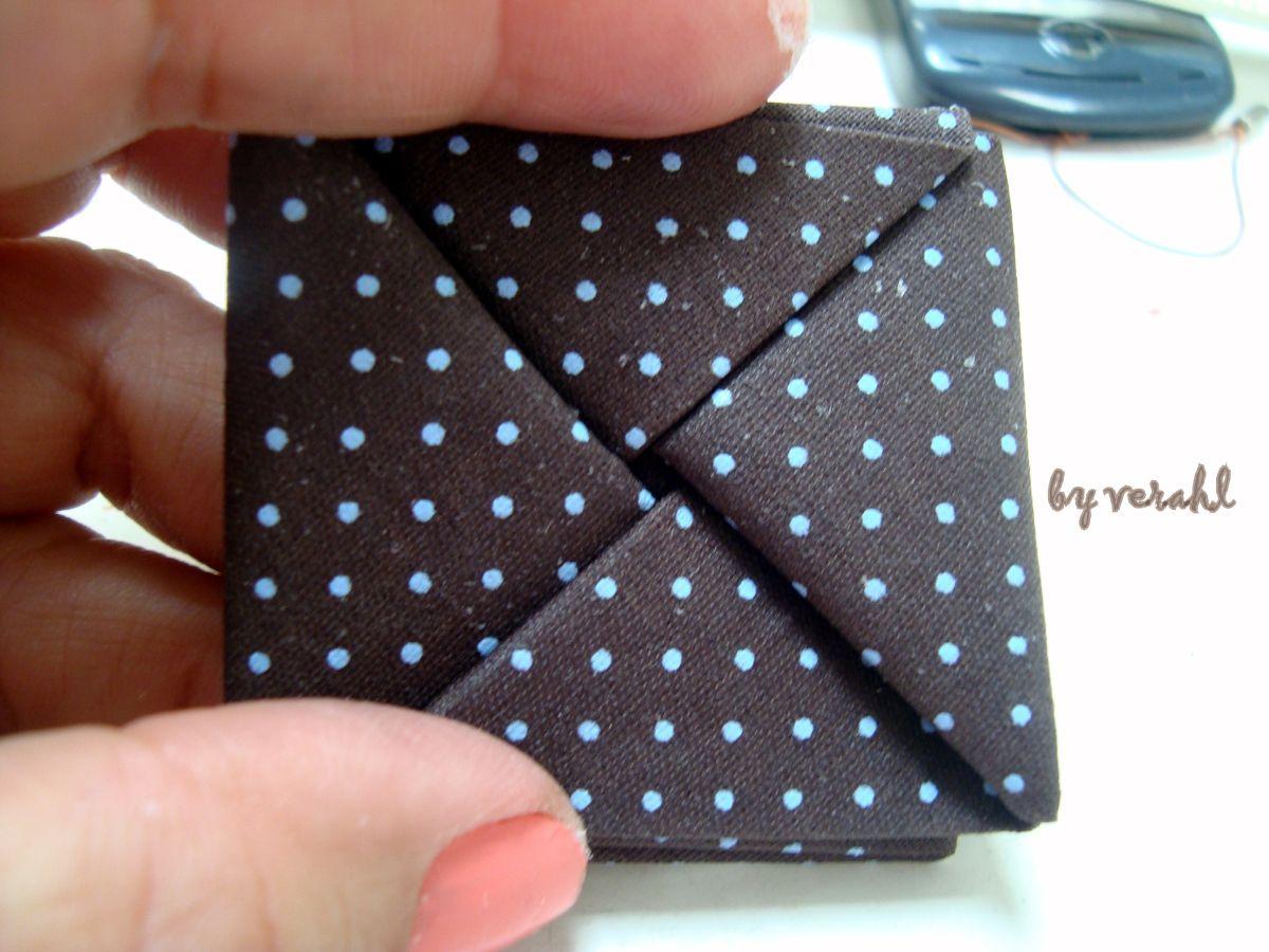 Quadrado 20,09. Dobrar as quatro pontas para dentro: Abrir duas pontas opostas e marcar divisão igual em três partes: +_ 5cm cada uma. Dividido em três: Dobrando no quadradinho central. Dobrando na…