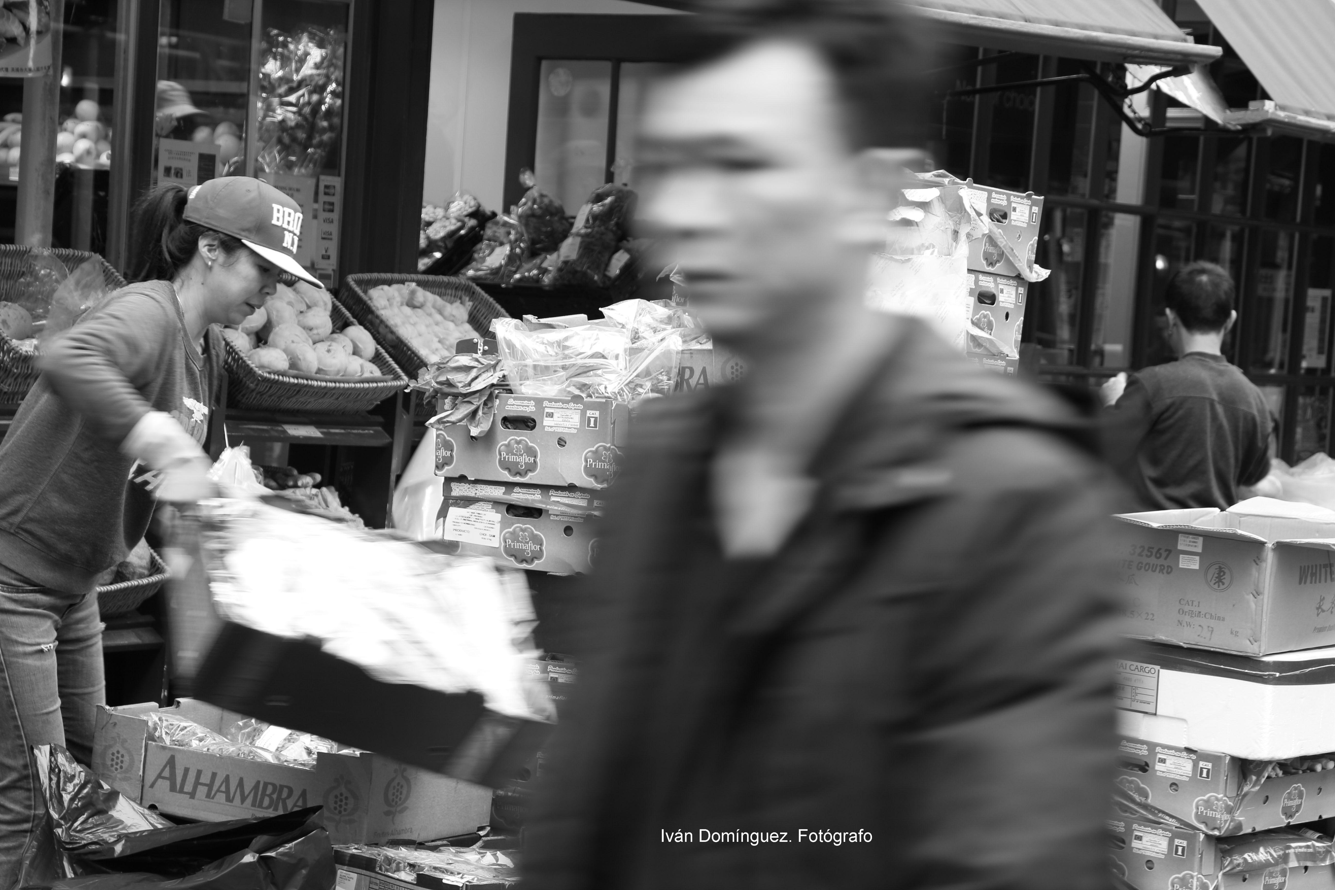 """""""Tendera de Chinatown"""" -- Nadie se para. Nadie pregunta. El mecanismo de un reloj no piensa."""