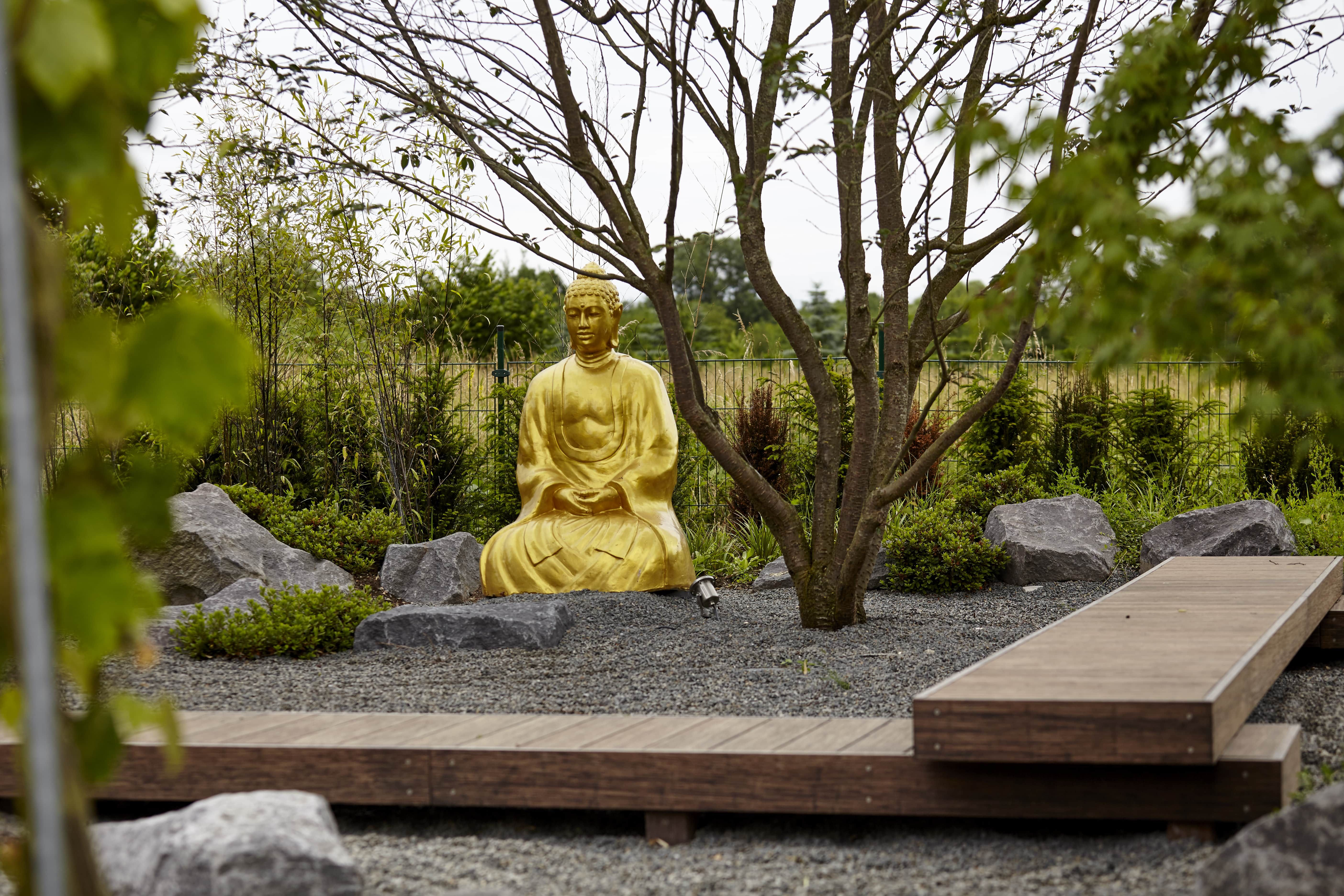 buddha in gold in japanischen garten von rheingr n moderner garten pinterest moderne. Black Bedroom Furniture Sets. Home Design Ideas