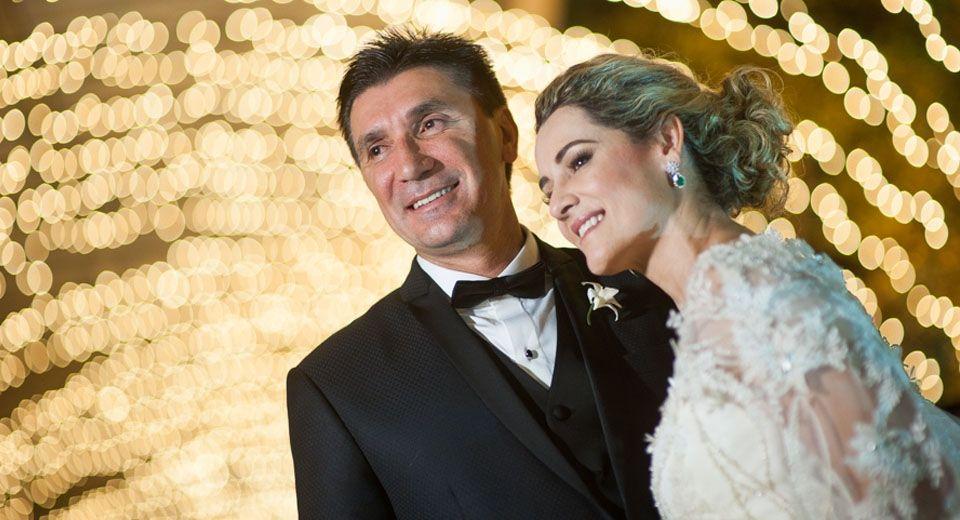 Uma vida e muito amor! As bodas de prata de Sandra e Janguiê: www.yeswedding.com.br/pt/casamentos/uma-vida-de-amor #luzinhas #casamento #noivos