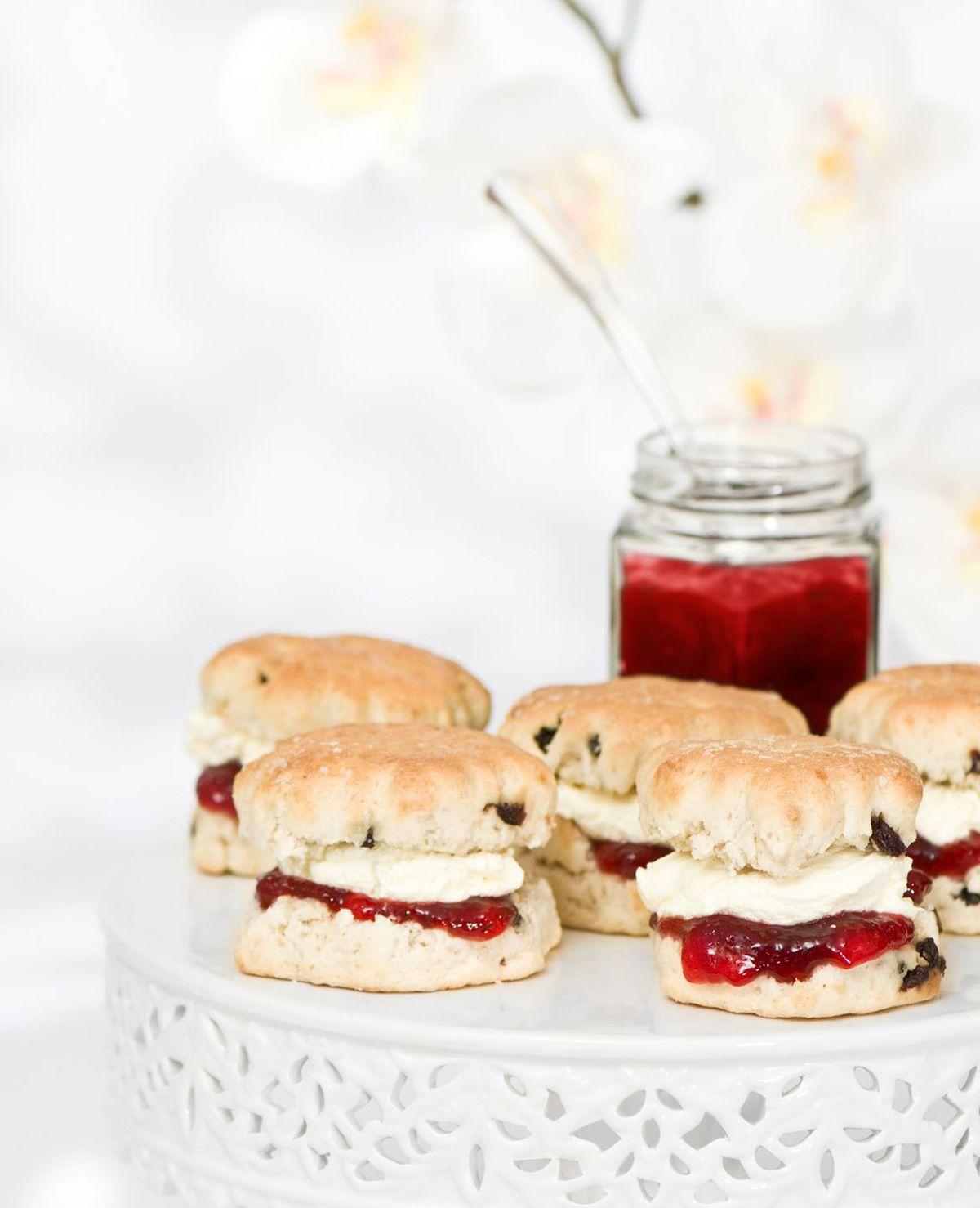 Een scone is een Engelse lekkernij dat tussen een gebakje