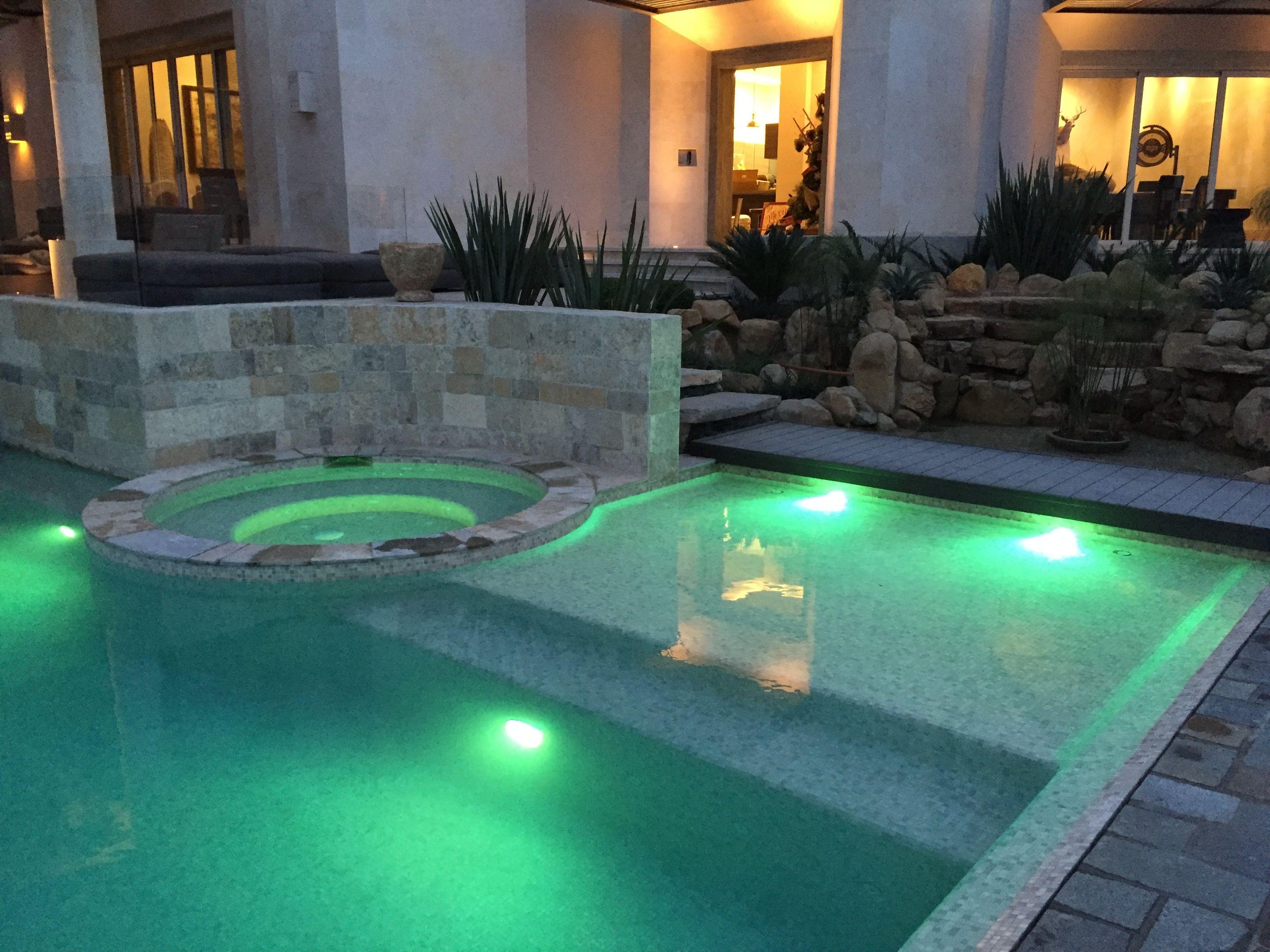 351 arquitectos. piscina residencial con cascada frontal, jacuzzi