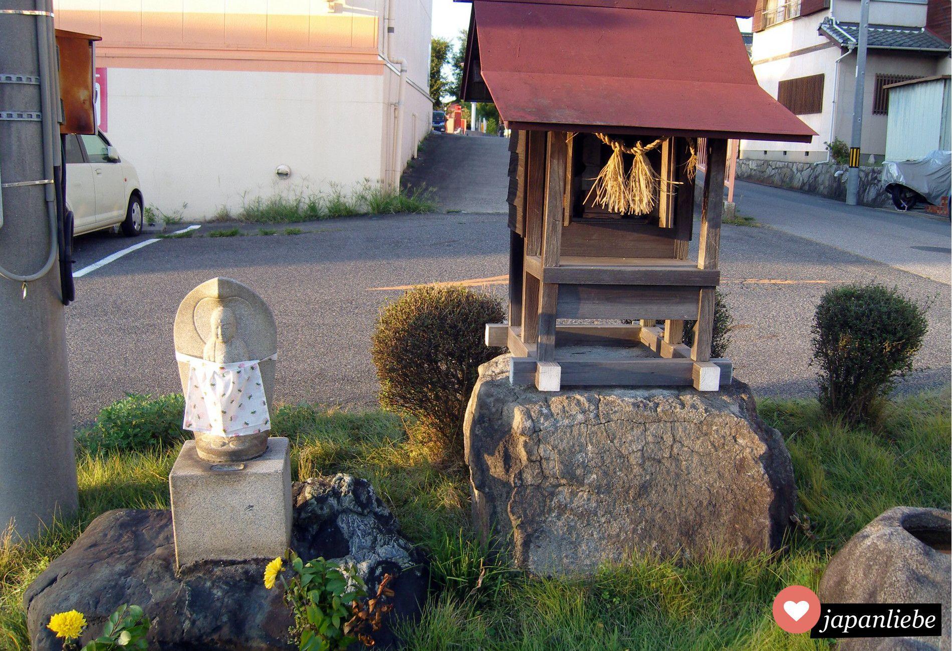 kleiner japanischer schrein am stra enrand eines parkplatzes samuari. Black Bedroom Furniture Sets. Home Design Ideas