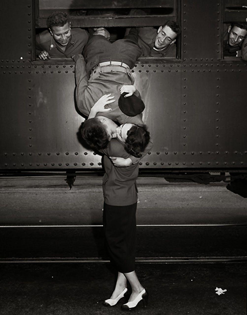 El beso de despedida con su amada de un soldado.
