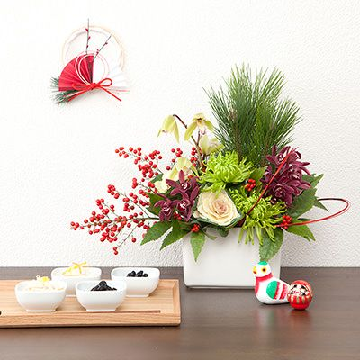 Japanese style New Year's flower arrangement. MUJI 無印良品 高知産シンビジウムのお正月アレンジ