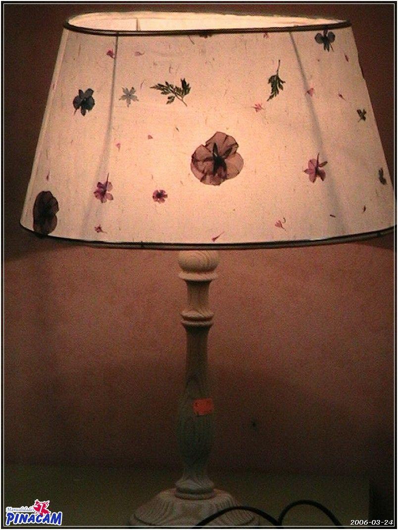 Pantalla de l mpara decorada con flores secas y papel de - Manualidades con lamparas ...
