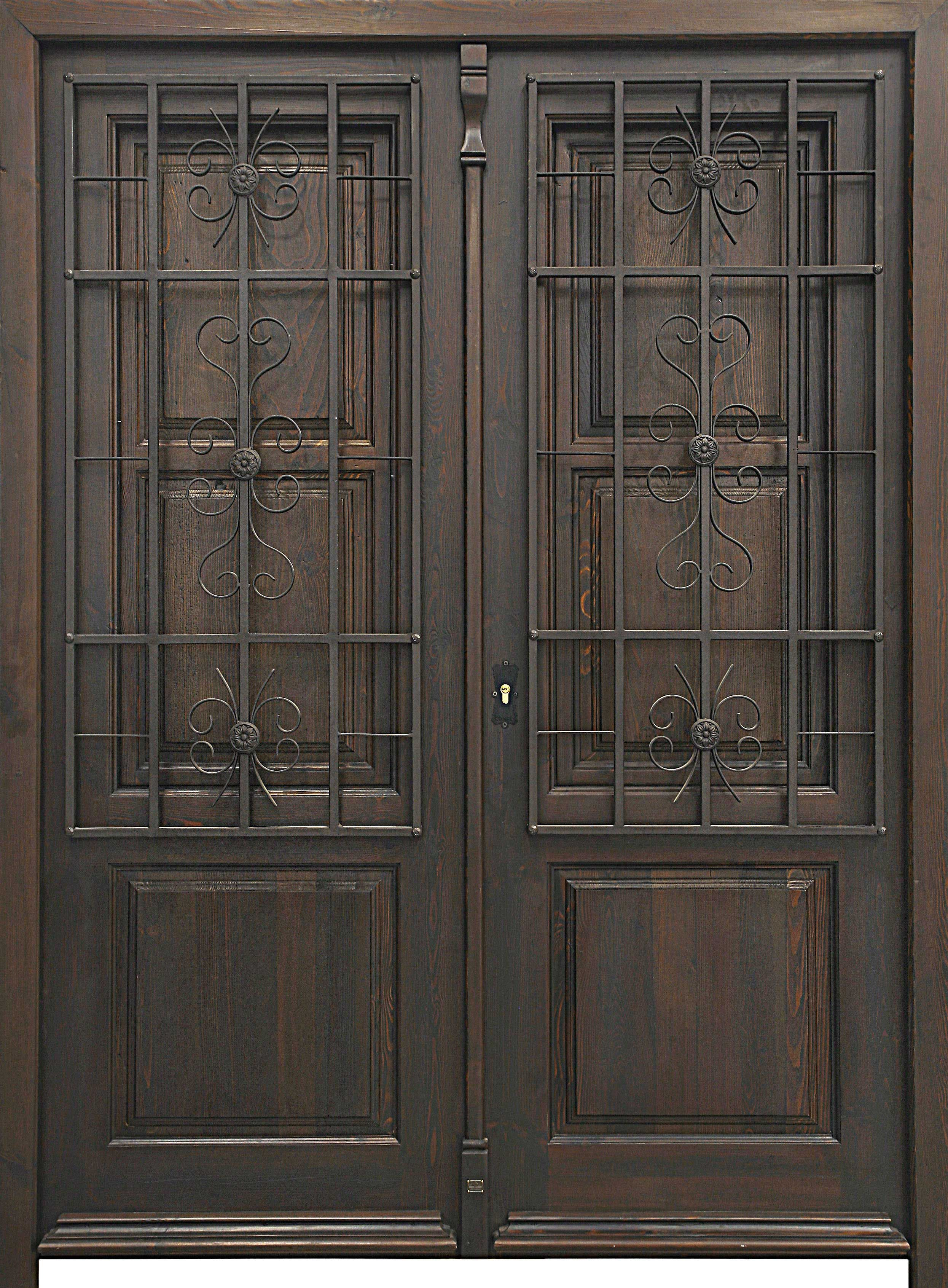 Puerta de estilo modernista de dos hojas con rejas artesanales de ...
