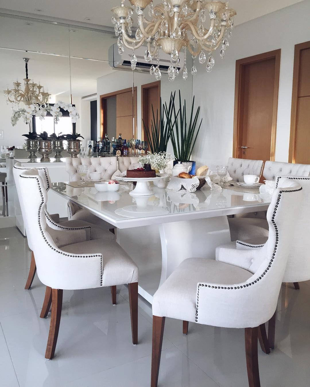 Vocês sempre me pedem nossa mesa, ela é linda né?  aos pouquinhos nosso apartamento vai tomando forma, graças a Deus. Fizemos na @mabmovelaria_ com um acabamento sem igual. Obrigada Paula e toda equipe.. Quem quiser mais informações (62)99790487  bom diaaaa!  Ahhh e toda a decor quem fez foi a Andreia da @lojacachepot, depois mostro melhor! Lá só tem coisas lindaaaas ❤️