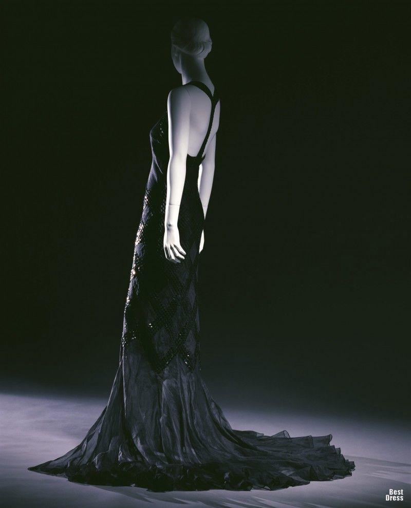 """1934г., Франция Designer: Jeanne Lanvin Brand: Lanvin Платье силуэта """"русалка"""", изготовленное из мягкой органзы, создает впечатление легкости, несмотря на внушительный шлейф и обилие вышивки. Сложные длинные платья вновь возвращаются в моду в 1930-х годах, несмотря на серьезный экономический кризис, вызванный Великой Депрессией 1929 г. Плавные, округлые линии тела, которые характеризуют женщин, вновь обретают попуряность после мальчуково-прямых платьев цилиндрического силуэта нач-сер. 20-х…"""