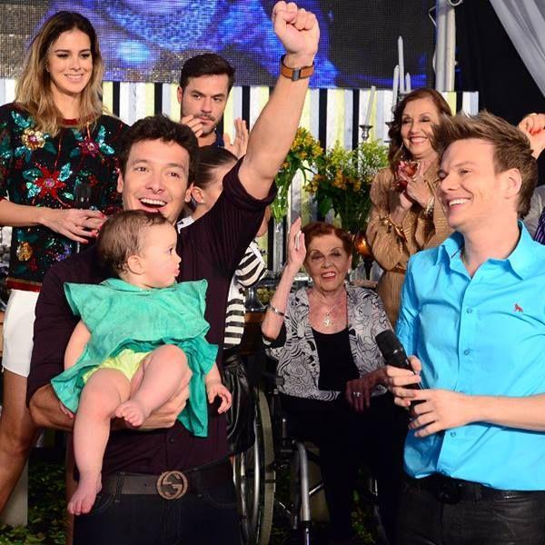 Rodrigo Faro chora em festa de aniversário surpresa comandada por Michel Teló! Curioso para saber como foi a comemoração? Clique http://r7.com/xHpF