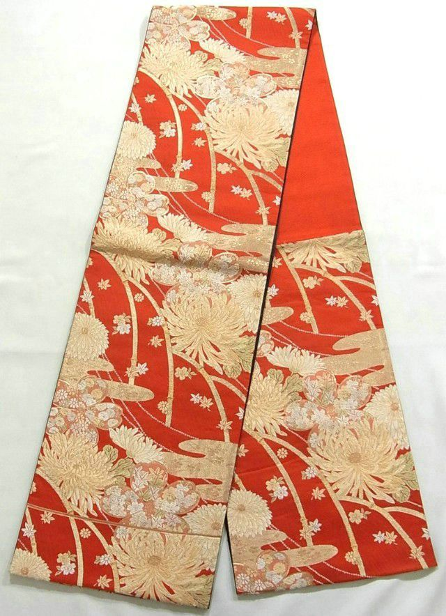 This is an elegant Fukuro obi with flowers such as 'Kiku'(chrysanthemum), 'Ume'(Plum blossoms) and 'Kaede'(maple leaf) on hazy mist pattern, which is woven