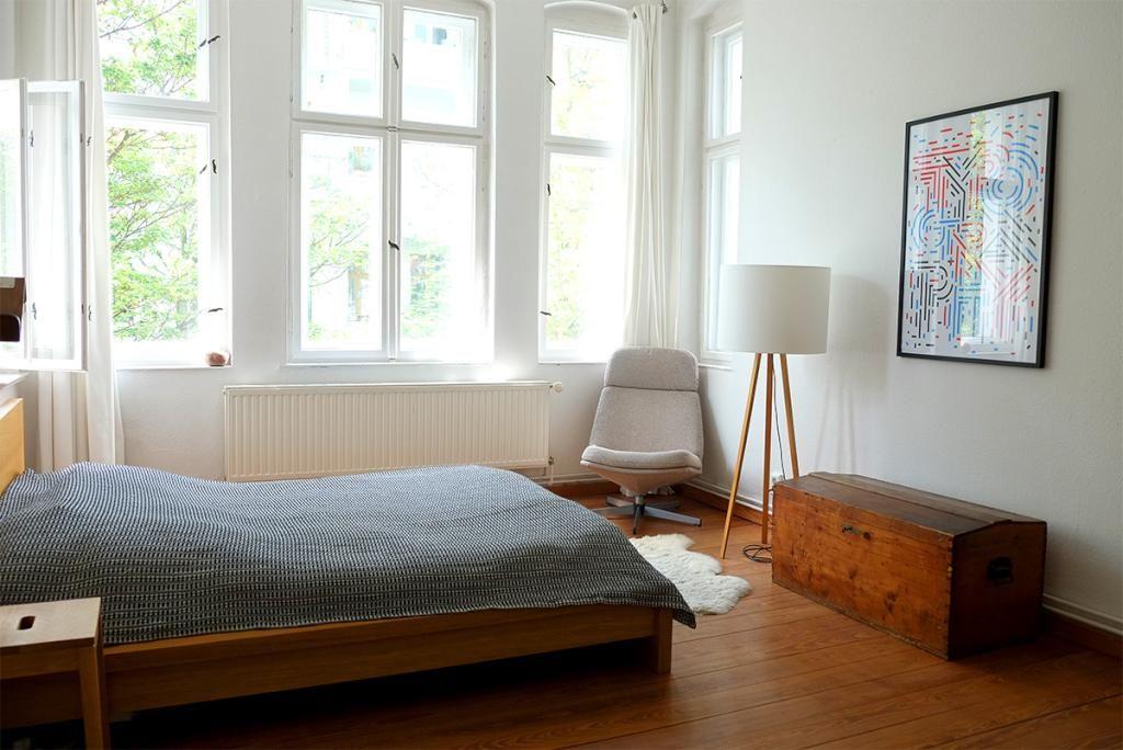 Gemütliche Schlafzimmer-Einrichtung Kleidertruhe, Sessel, Stehlampe