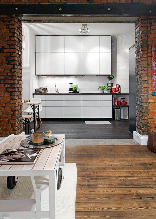 Impecable la cocina abierta a la sala y 39 enmarcada 39 por el for Cocinas de ladrillo
