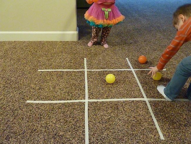 Inventar juegos dentro de casa con cinta adhesiva for En juego largo hay desquite