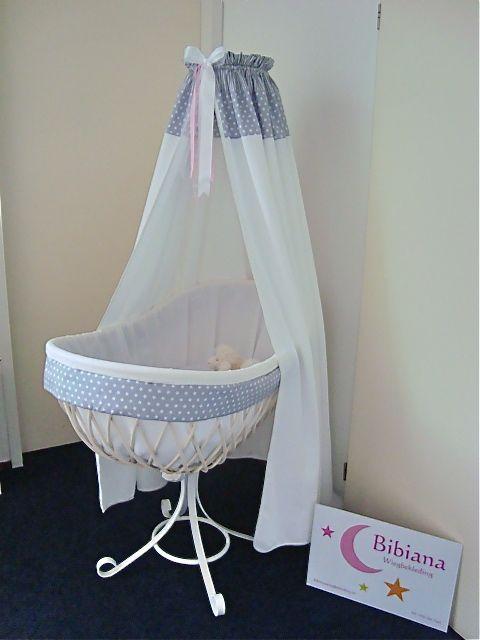 Deze mooie wieg is een combinatie van twee stijlen een witte wafeldoek met een moderne rand en - Romantische witte bed ...
