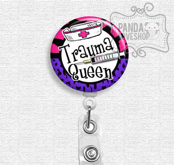 He encontrado este interesante anuncio de Etsy en https://www.etsy.com/es/listing/191490065/sale-er-nurse-badge-holder-trauma-queen