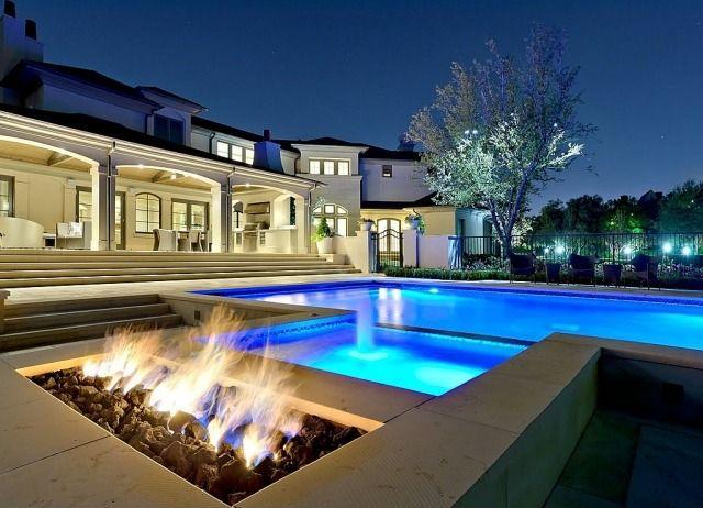 Außenpool mit Beleuchtung-offene Feuerstelle gestalten am Pool ...