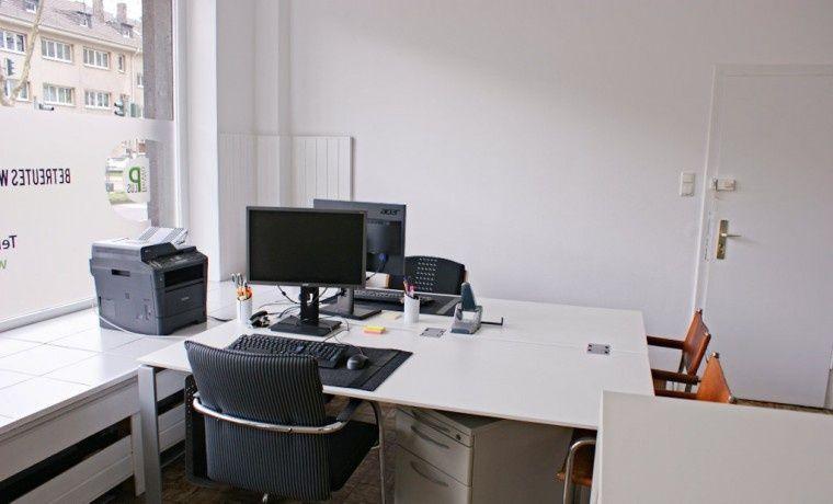 Eigenes kleines Büro mit Küche und WC direkt an der Haltestelle ...