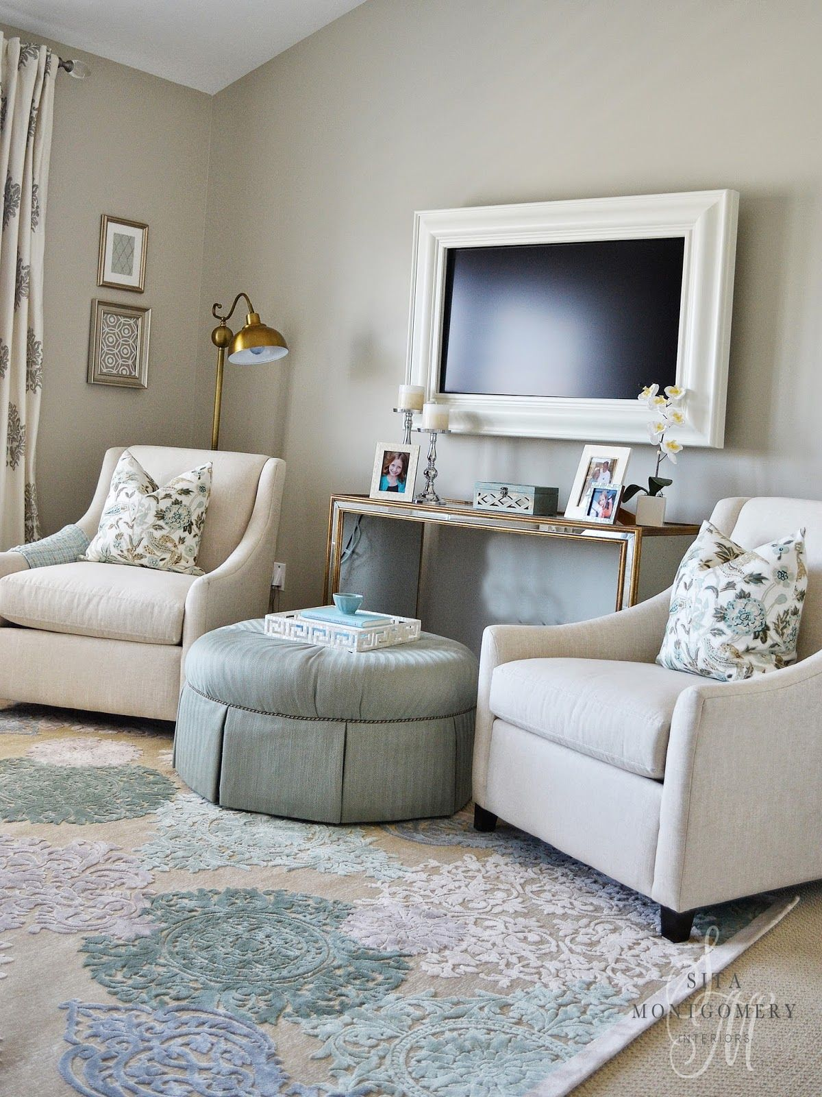 Love this sitting area in a master bedroom sita for Sitting furniture living room