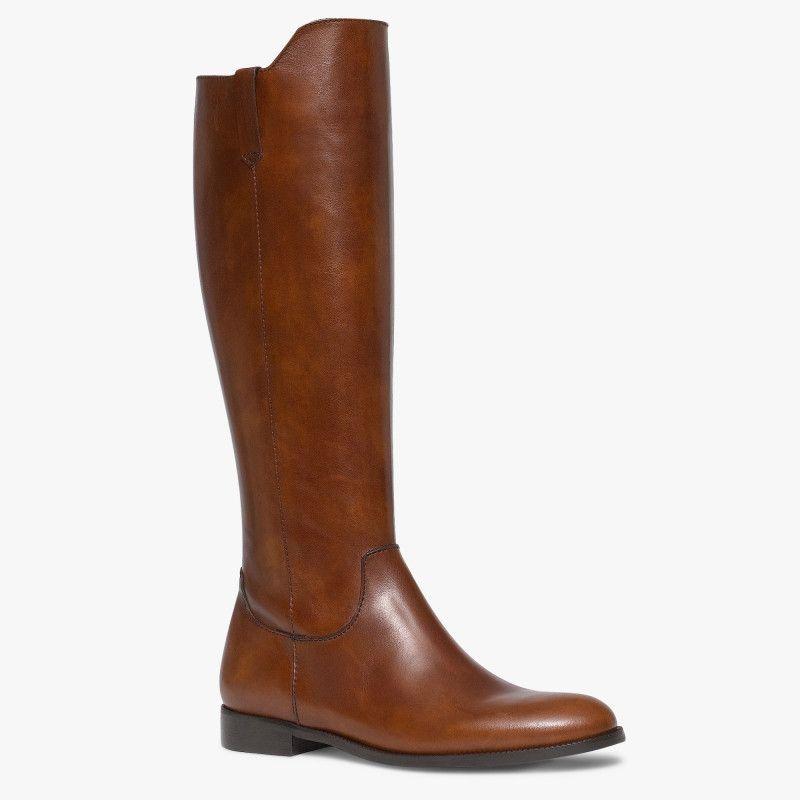 e335627ed059b Botte cavalière marron en cuir Une paire de bottes cavalière à la ligne  simple et élégante