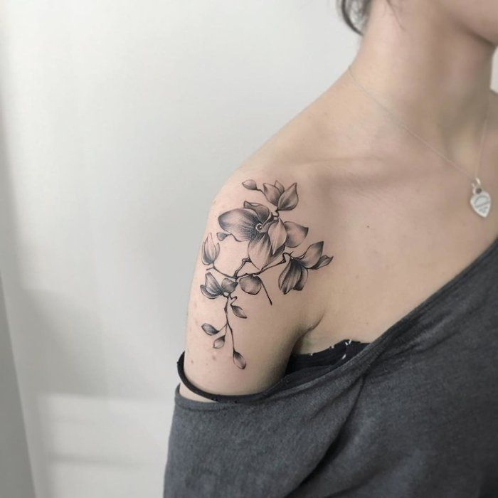 photo modele de tatouage fleur epaule femme noir et blanc débordant sur le  bras
